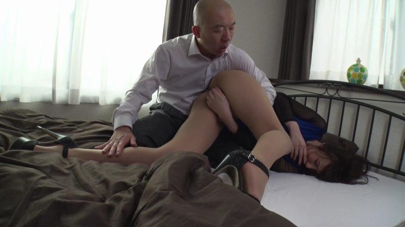 着衣のままよつん這いにし美脚パンストを撫で回す