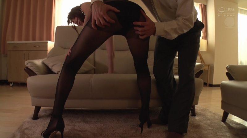 長い美脚をがに股にして黒パンストの上からお尻を触りまくり