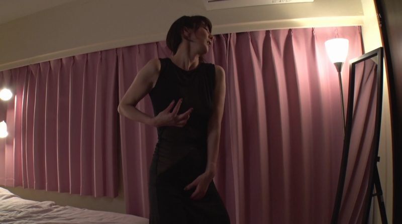 タイトドレスの上からオッパイとオマンコを自分で触りだす澤村レイコ