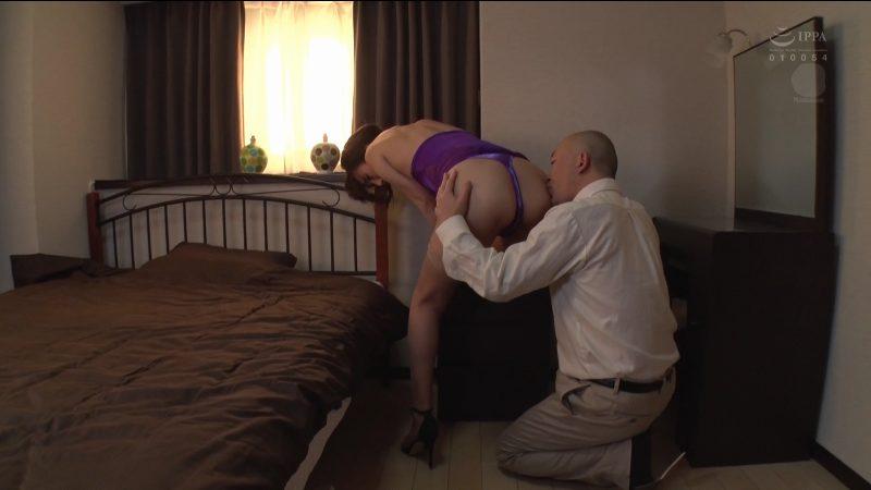 タイトドレスを捲くり上げ美尻を舐め回す男