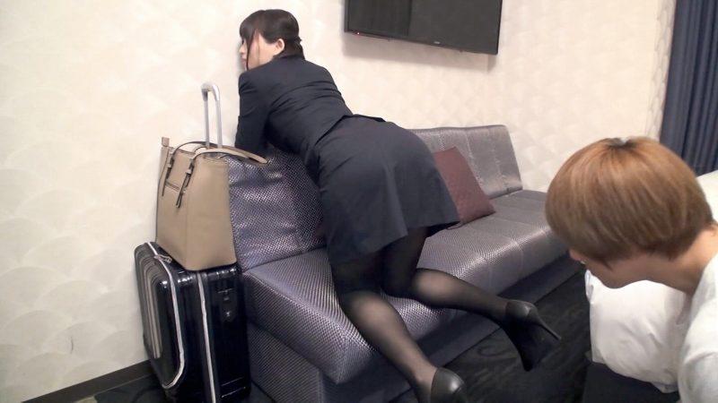 ソファーで四つん這いにさせハイヒールから黒パンスト美脚美尻を堪能