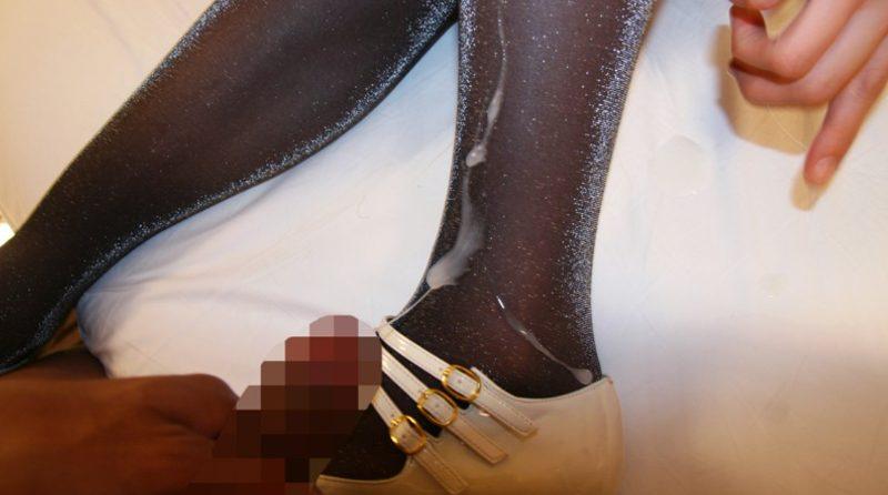 キュッとしまった足首の黒パンストハイヒールに精子をブッかけ