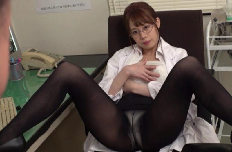 美脚黒パンスト開脚で患者を誘うエロ女医