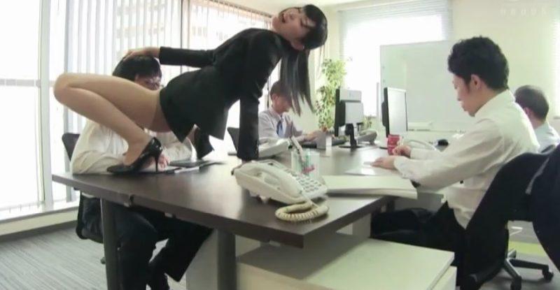 スーツ着衣のままM字開脚でオマンコを男性社員の顔に押し付ける美脚OL
