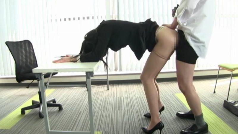 パンスト少し下ろしてパンティズラシてバックで着衣SEX