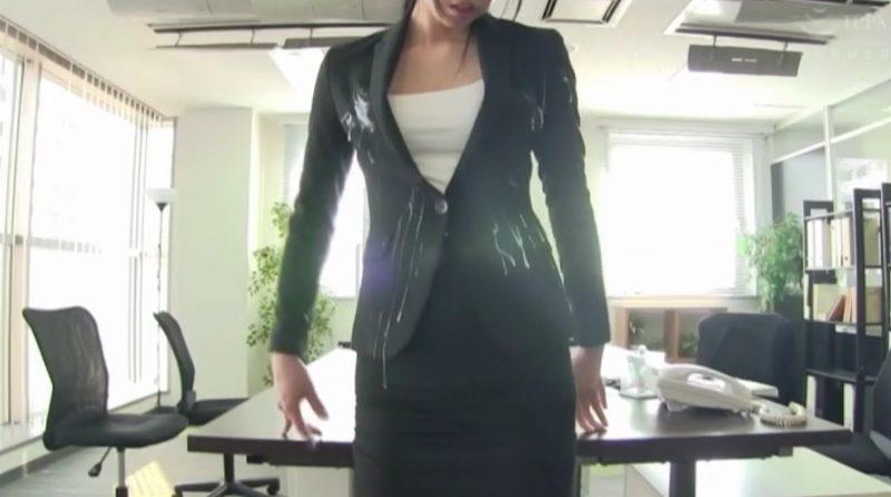 ビジネススーツに男性社員多数にザーメンをぶっかけ汚されるOL