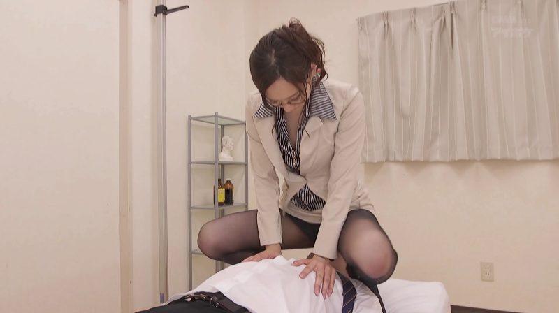 顔面騎乗で気持ちよくしなさいとグイグイオマンコを押し付ける柚月ひまわり先生