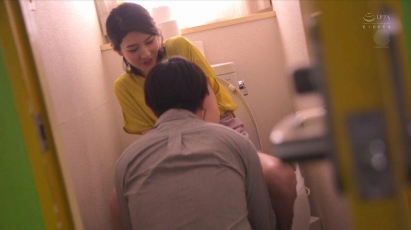 オシッコ直後にトイレに乱入しいきなりお掃除クンニ