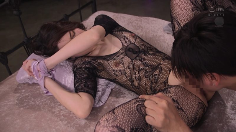 クンニM字開脚で美脚が素敵、乳首が網タイツから飛び出てる
