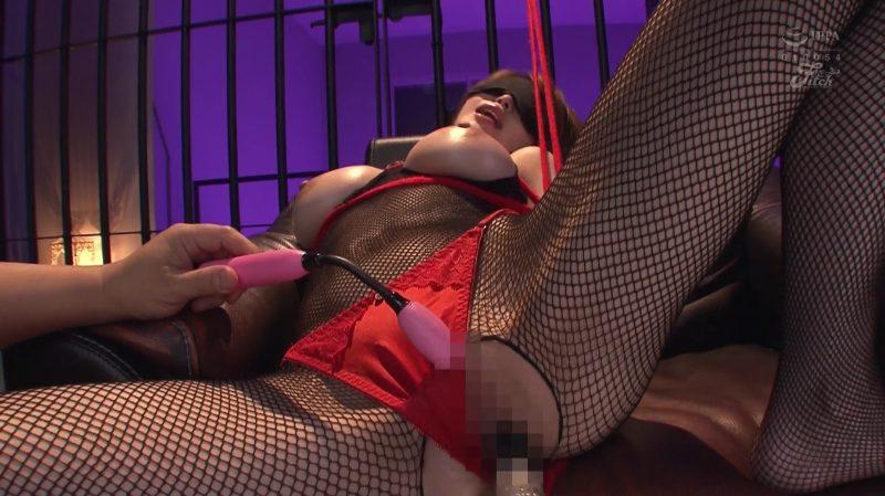 黒の全身タイツに赤いパンティズラシバイブを挿れられ同時にローターでクリトリスを刺激されっぱなしの君島みお