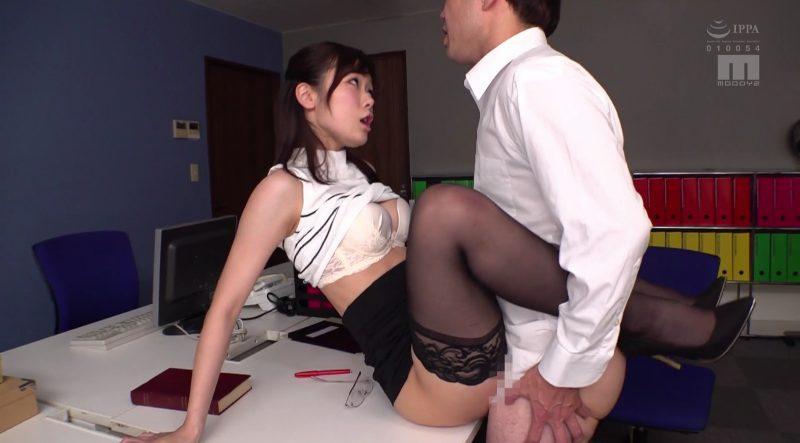 着衣のまま正常位でカニバサミで自ら動く痴女先生