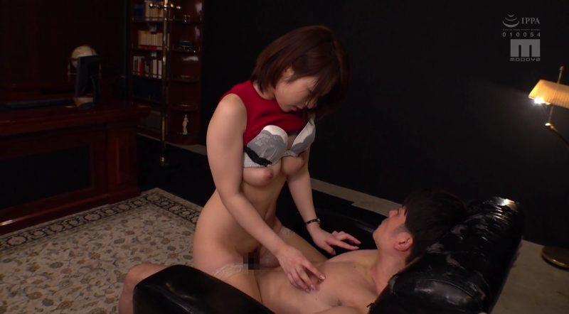 ソファーで対面座位で杭打ちしながら男の乳首をイジる痴女先生