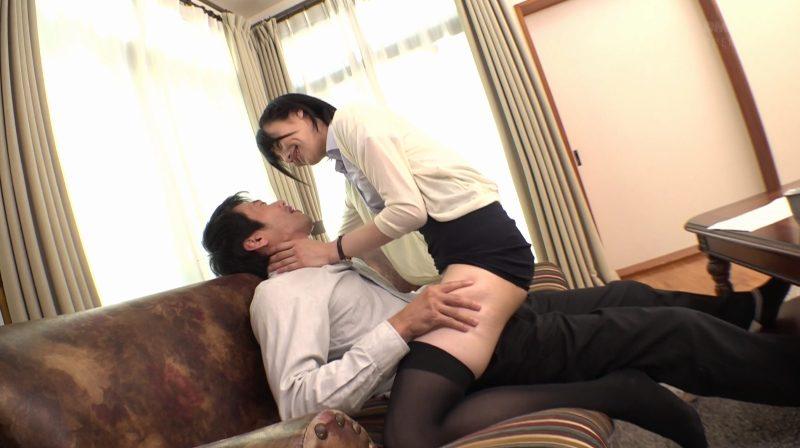男にまたがり絶対領域太ももで誘う緒奈もえ先生