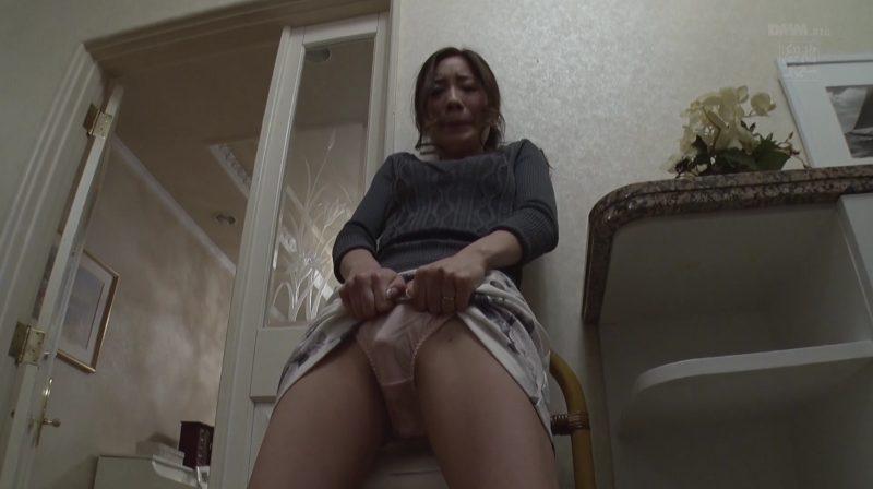 旦那が居るのにタイトスカート捲くり上げられパンティの中にローター仕込まれ感じる東凛