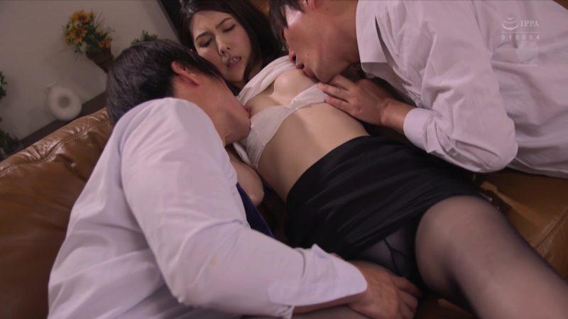 男2人に同時にオッパイ舐められ黒パンストタイトスカートの中にも手を入れられ感じる長谷川秋子